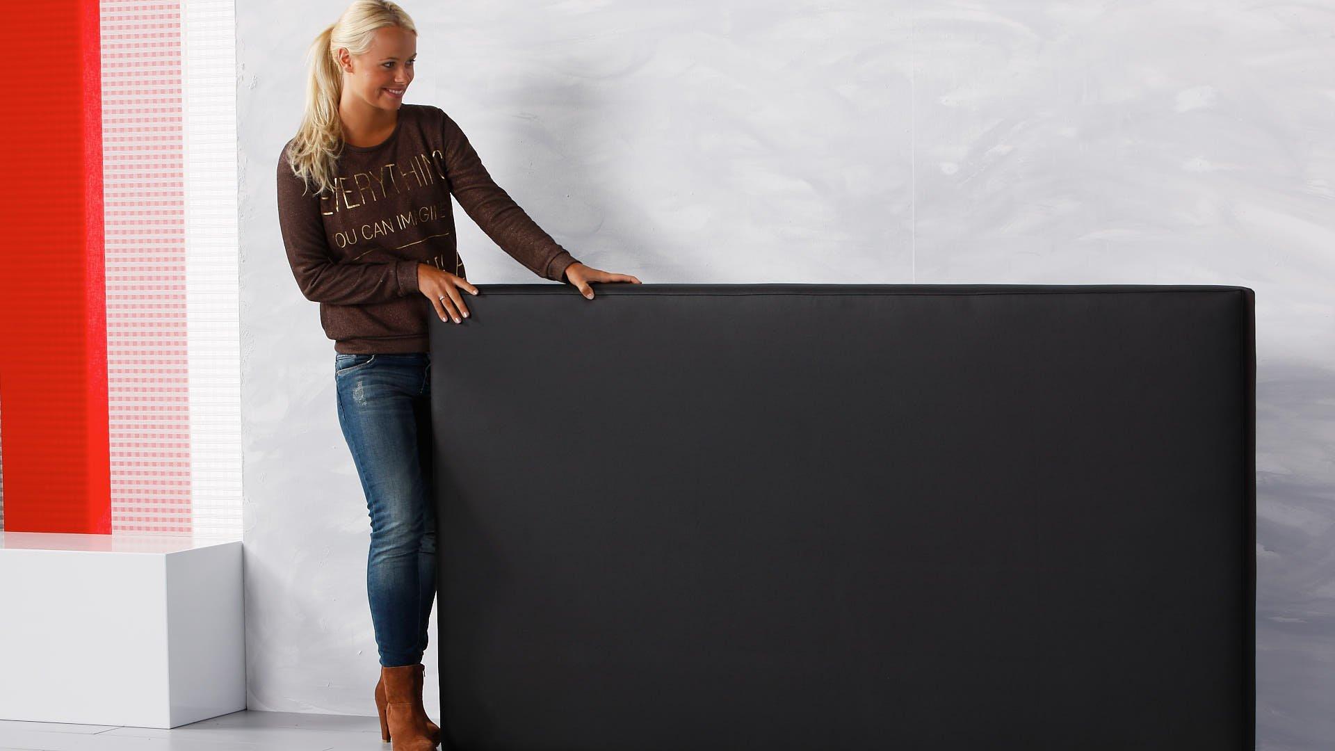 waterbed hoofdbord in zwart lederlook plaatsen