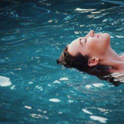 Een waterbed testen tijdens een dagje wellness